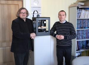 od lewej) dr inż. Marcin Królikowski i dr inż. Wojciech Chlewicki w trakcie prac na drukiem 3D